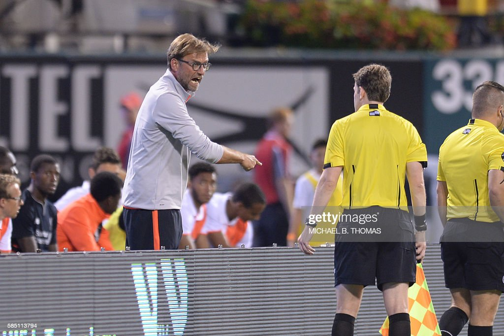 Liverpool coach Jurgen Klopp argues with a official during their friendly soccer match against Roma at Busch Stadium in St. Louis, Missouri on August 1, 2016. / AFP / Michael B. Thomas