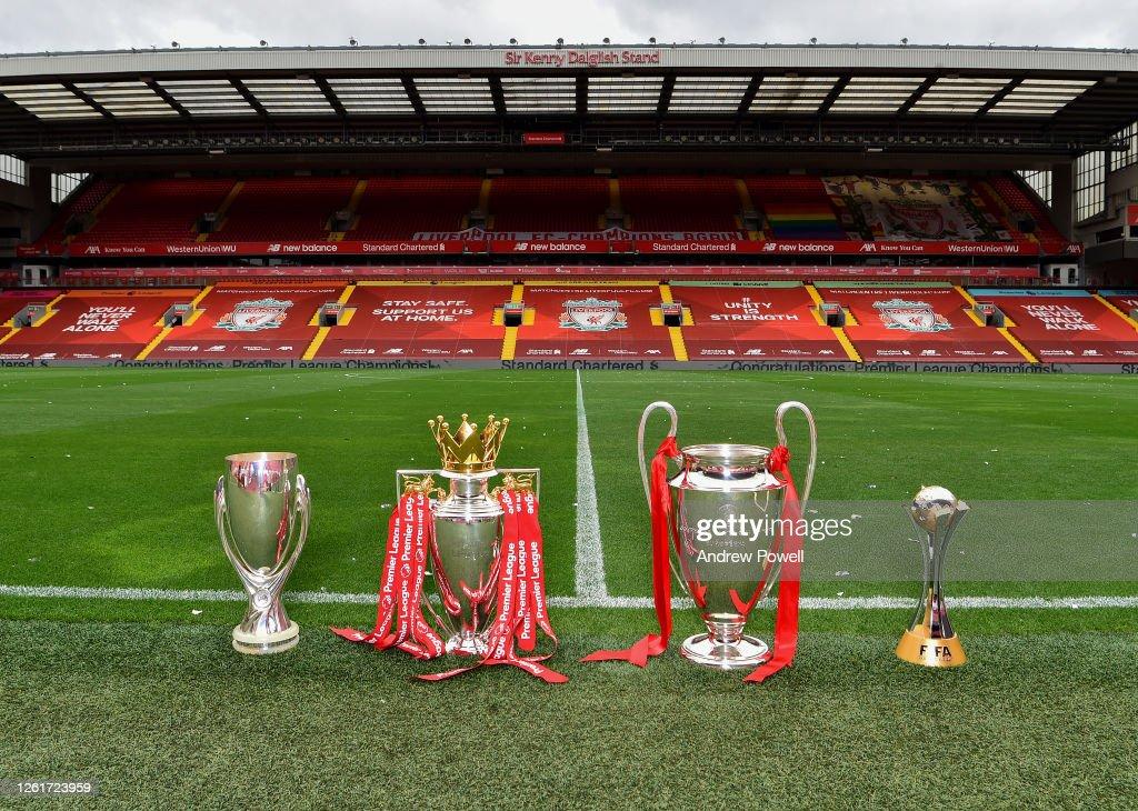 Liverpool Display Their Current Trophies at Anfield : Foto di attualità