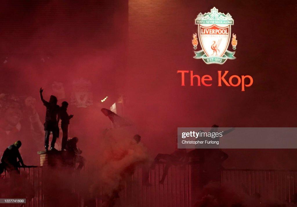 Fans Celebrate As Liverpool FC Lift The Premiership Trophy At Anfield : Nachrichtenfoto