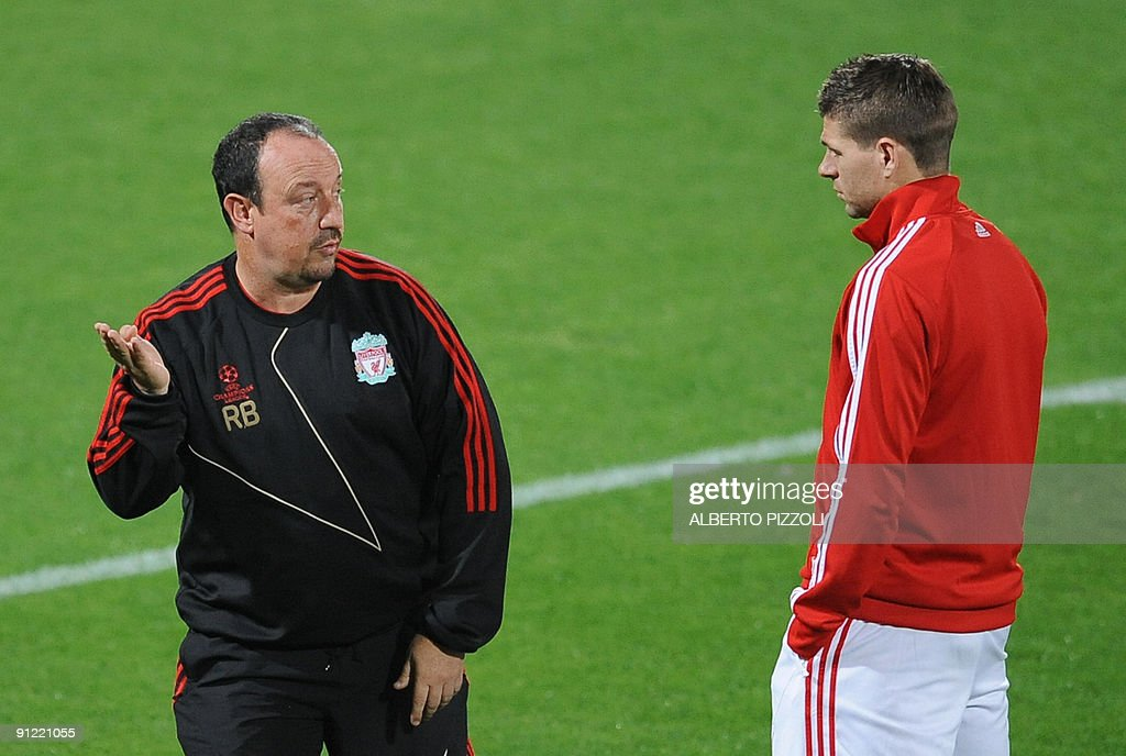 Liverpool FC coach Rafael Benitez (L) ta : News Photo