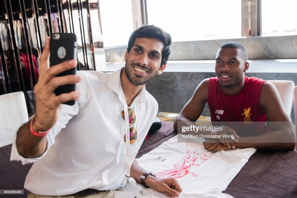 Photos et images de liverpool fc training session getty images liverpool fc forward daniel sturridge poses for photo with fans during a liverpool fc meet m4hsunfo