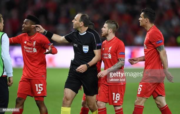 FUSSBALL UEFA FC Liverpool FC Sevilla Daniel Sturridge Alberto Moreno und Dejan Lovren reklamieren bei Schiedsrichter Jonas Eriksson