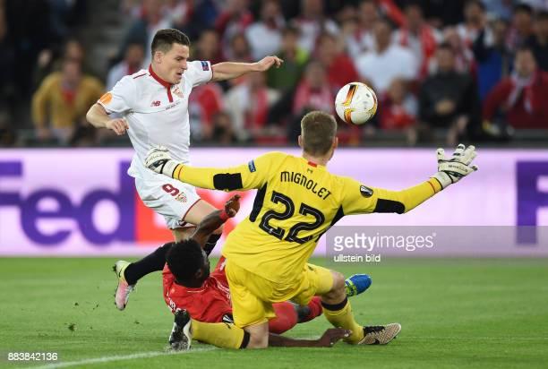 FUSSBALL UEFA FC Liverpool FC Sevilla Kevin Gameiro gegen Kolo Toure und Torwart Simon Mignolet