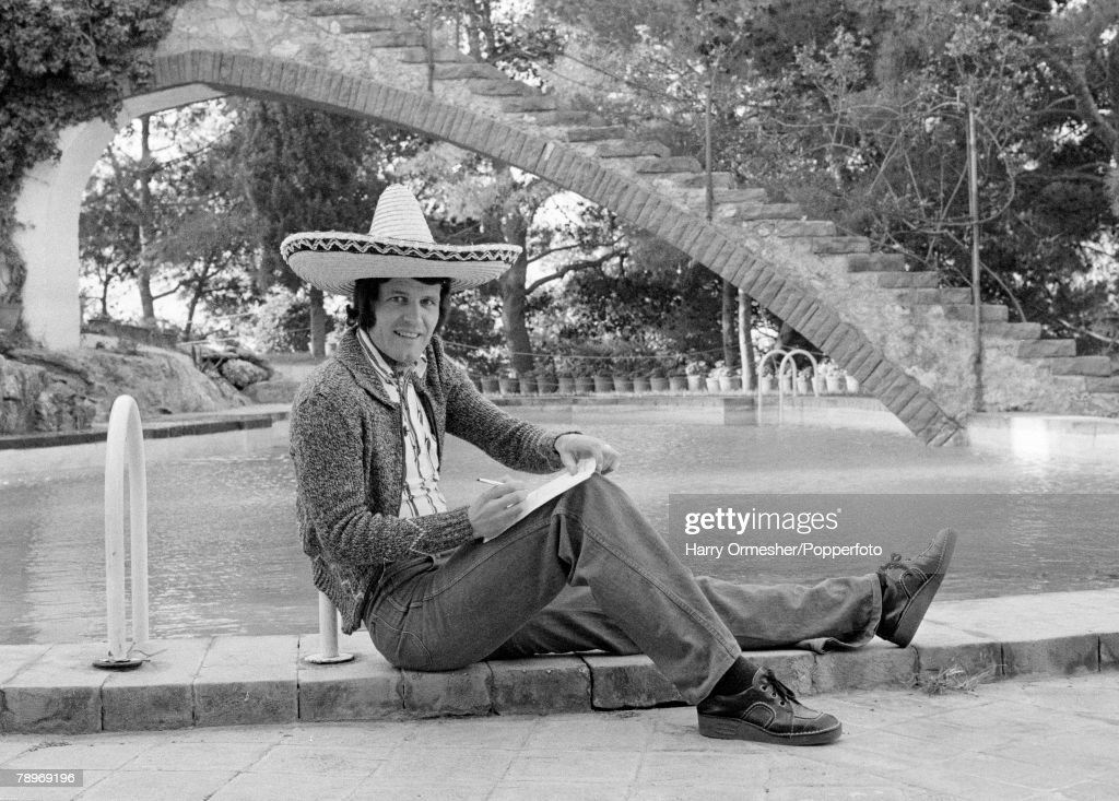 Football. 30th March 1976. Barcelona, Spain. UEFA Cup Semi-Final First Leg. Barcelona v Liverpool. Liverpool+s John Toshack relaxes on the pool-side wearing a sombrero. : News Photo