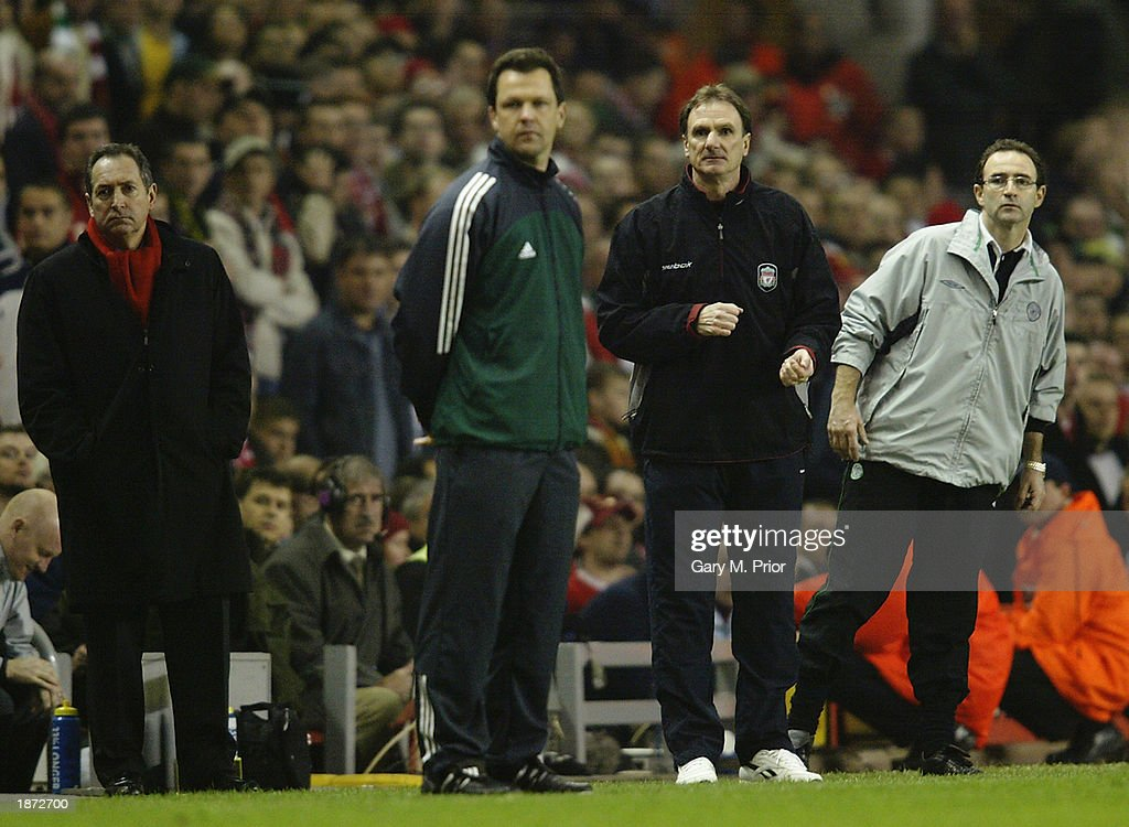 Liverpool manager Gerard Houllier, assistant manager Phil Thompson and Celtic manager Martin O'Neill look on : News Photo