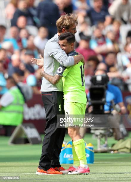 Liverpool manager Jurgen Klopp embraces Philippe Coutinho as he leaves the field during the Premier League match at London Stadium