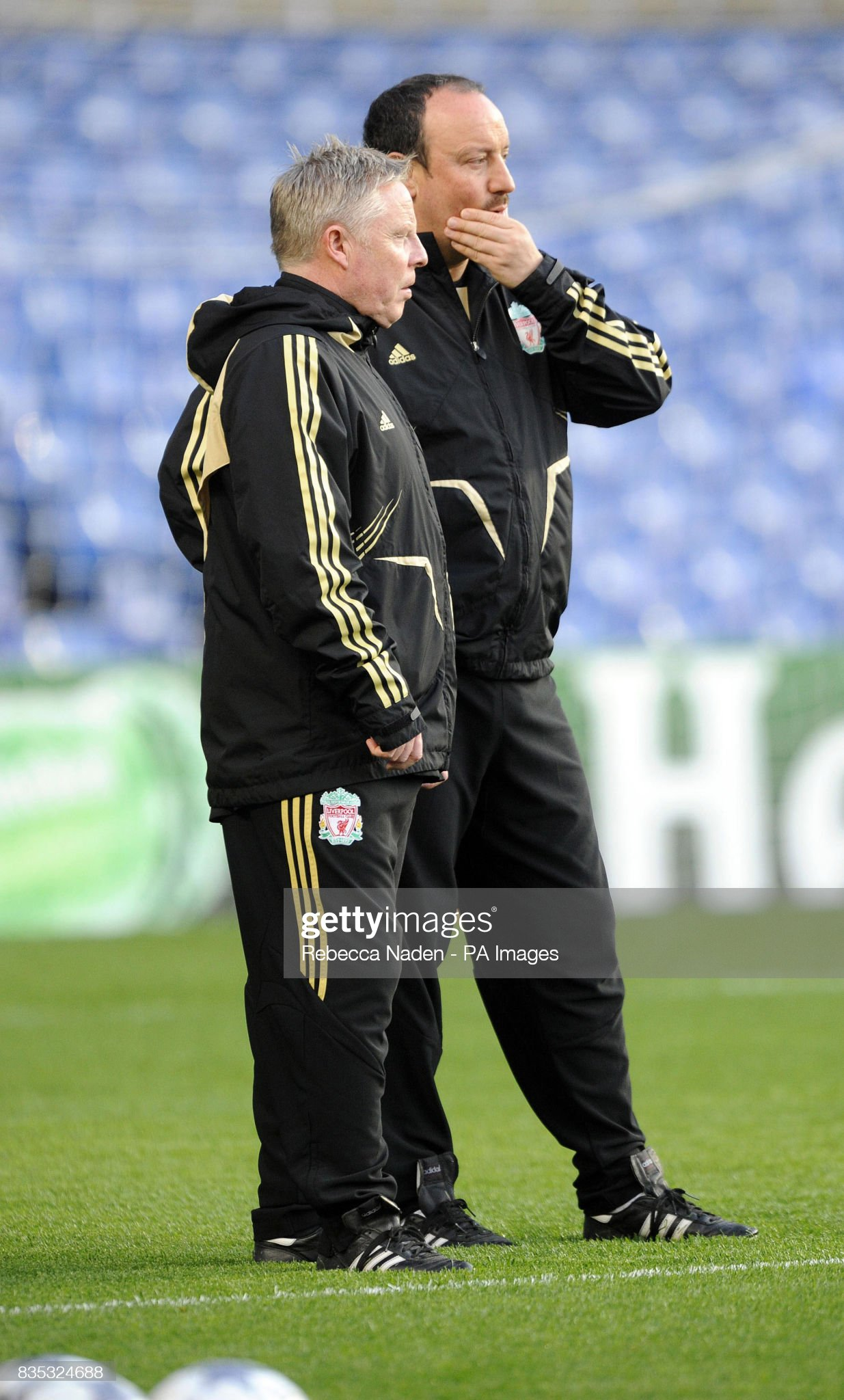 ¿Cuánto mide Sammy Lee? - Real height Liverpool-manager-rafael-benitez-in-conversation-with-coach-sammy-lee-picture-id835324688?s=2048x2048