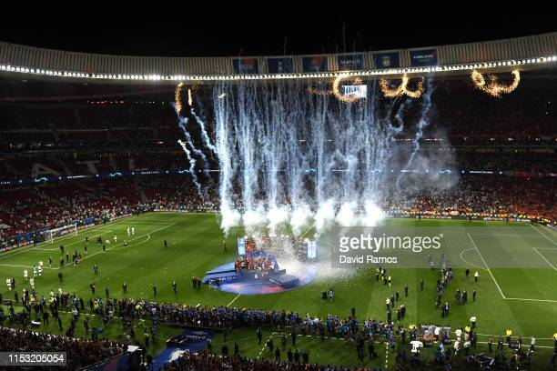 Liverpool players celebrate with the trophy at the end of the UEFA Champions League Final between Tottenham Hotspur and Liverpool at Estadio Wanda...
