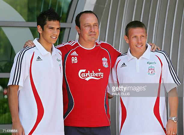 Liverpool, UNITED KINGDOM: Chilean international soccer player Mark Gonzalez and Welsh striker Craig Bellamy pose for photographers with Liverpool...