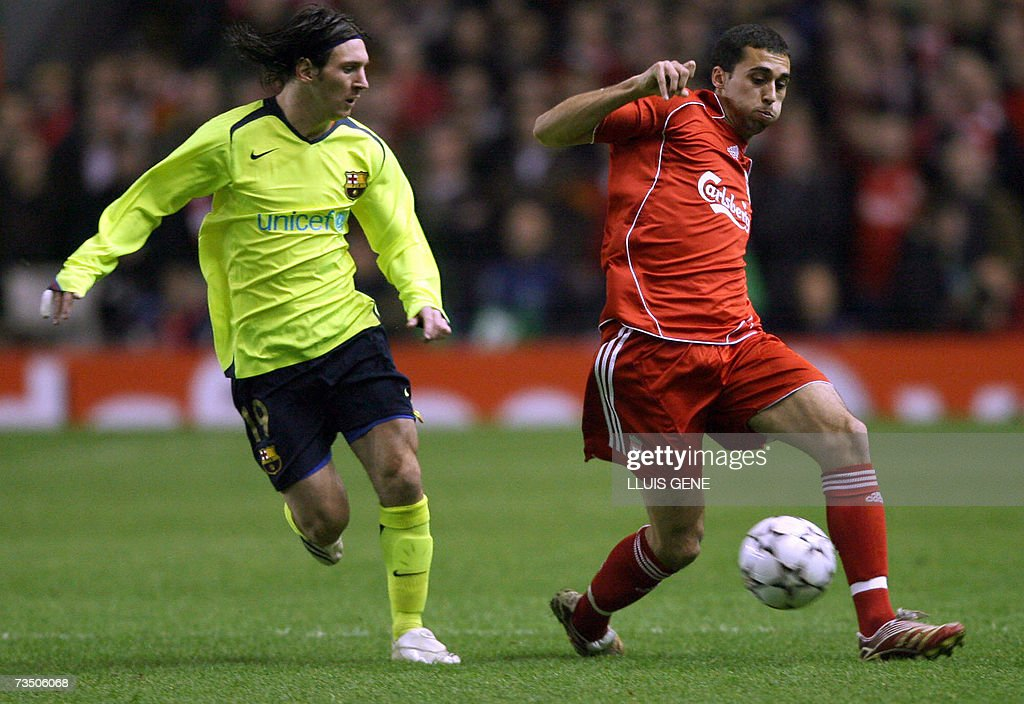 Liverpool's Alvaro Arbeloa (R) vies with... : News Photo