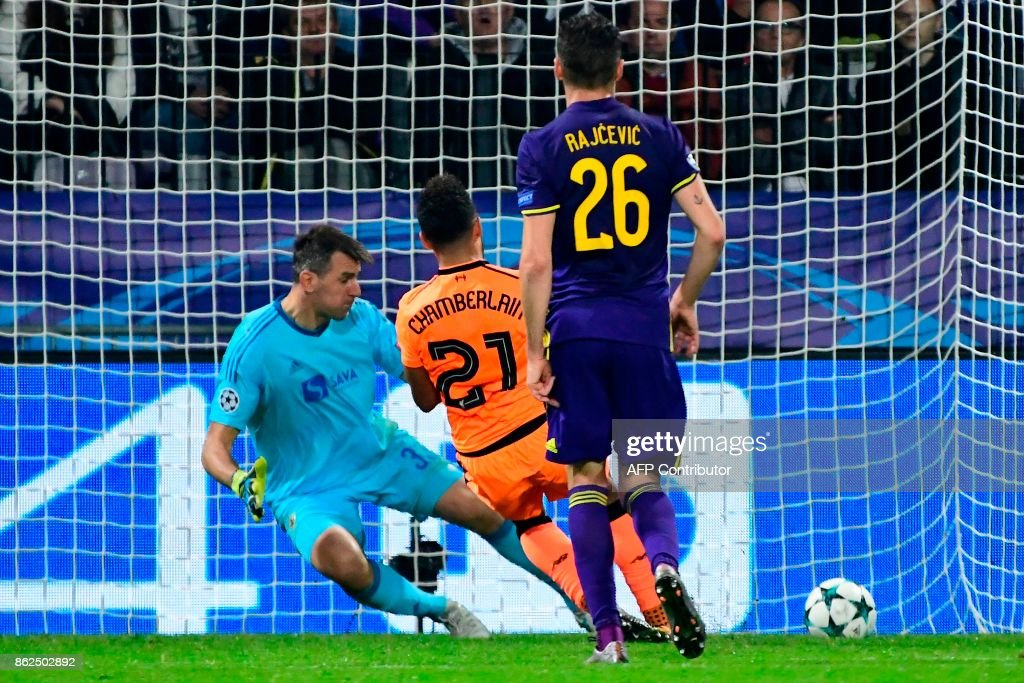 Liverpool's British midfielder Alex Oxlade-Chamberlain scores past Maribor's Slovenian goalkeeper Jasmin Handanovic (rear L) during the UEFA Champions League group E football match between NK Maribor and Liverpool at the Ljudski vrt Stadium, in Maribor, on October 17, 2017. / AFP PHOTO / Jure MAKOVEC