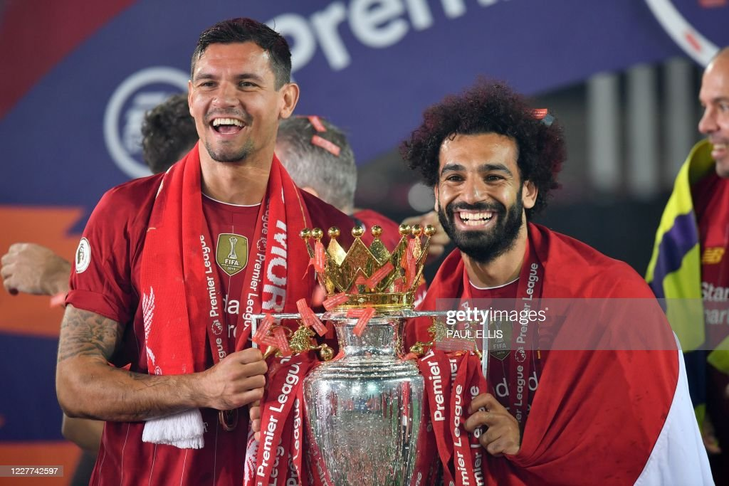 FBL-ENG-PR-LIVERPOOL-CHELSEA-TROPHY : News Photo