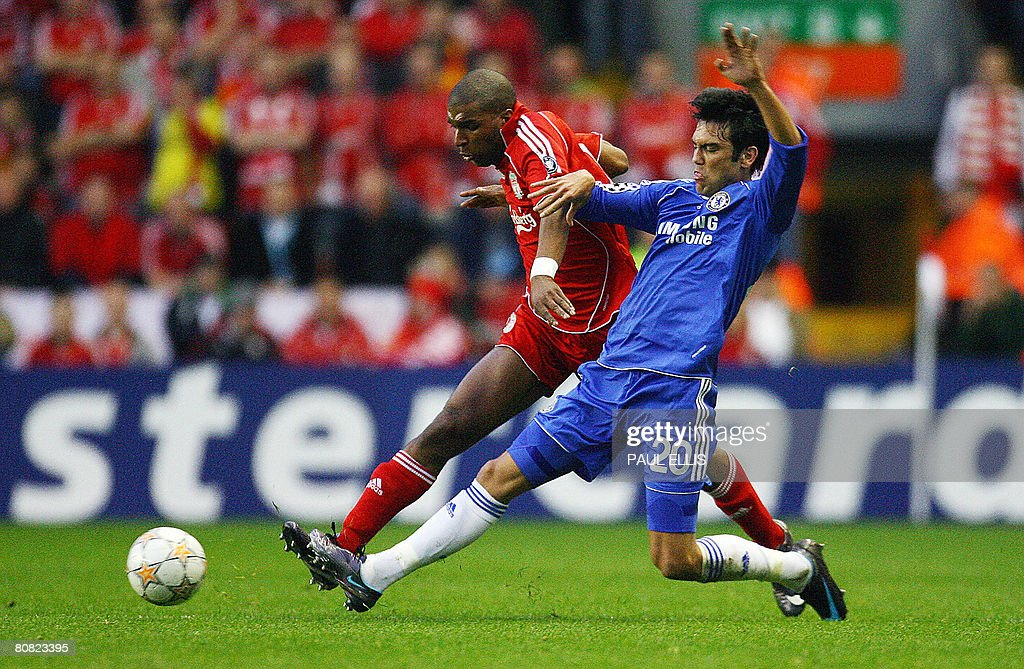 Liverpool's Dutch forward Ryan Babel (L) challenges Chelsea's Portugese defender Paulo Ferreira during their UEFA Champions League semi-final football match in Liverpool, north-west England, on April 22, 2008.