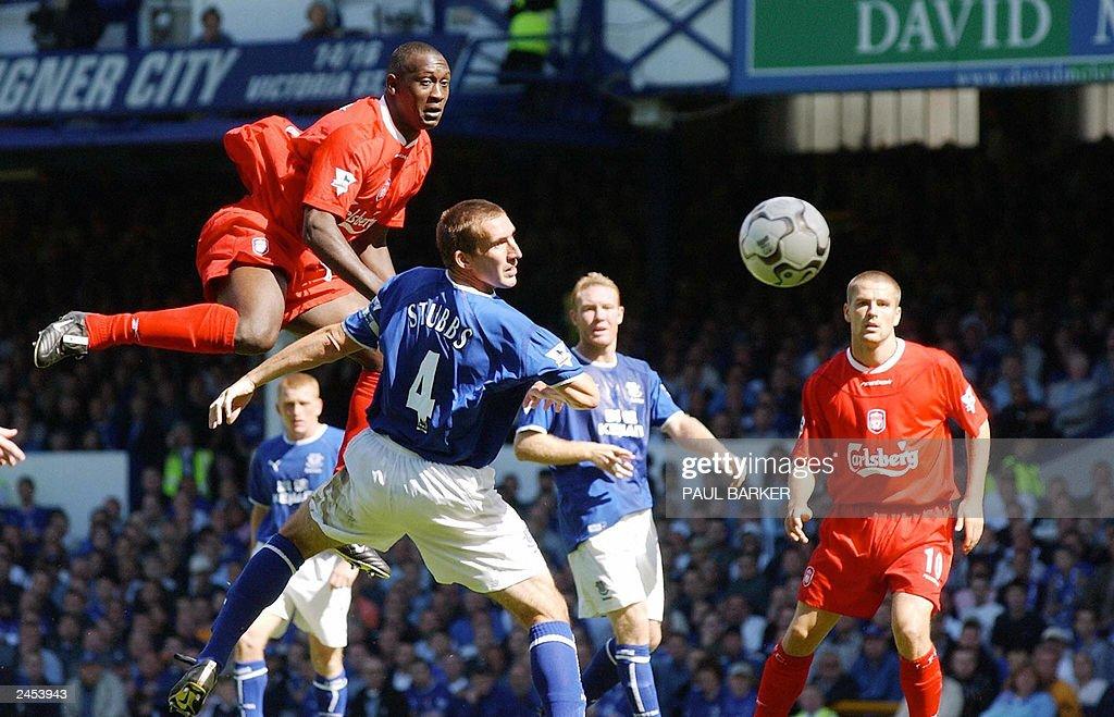 Liverpool's Emile Heskey (L) rises above : News Photo
