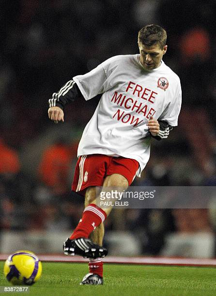 Liverpool's English midfielder Steven Gerrard wearing a Tshirt in support of British Liverpool fan Michael Shields who was jailed for 10 years for...