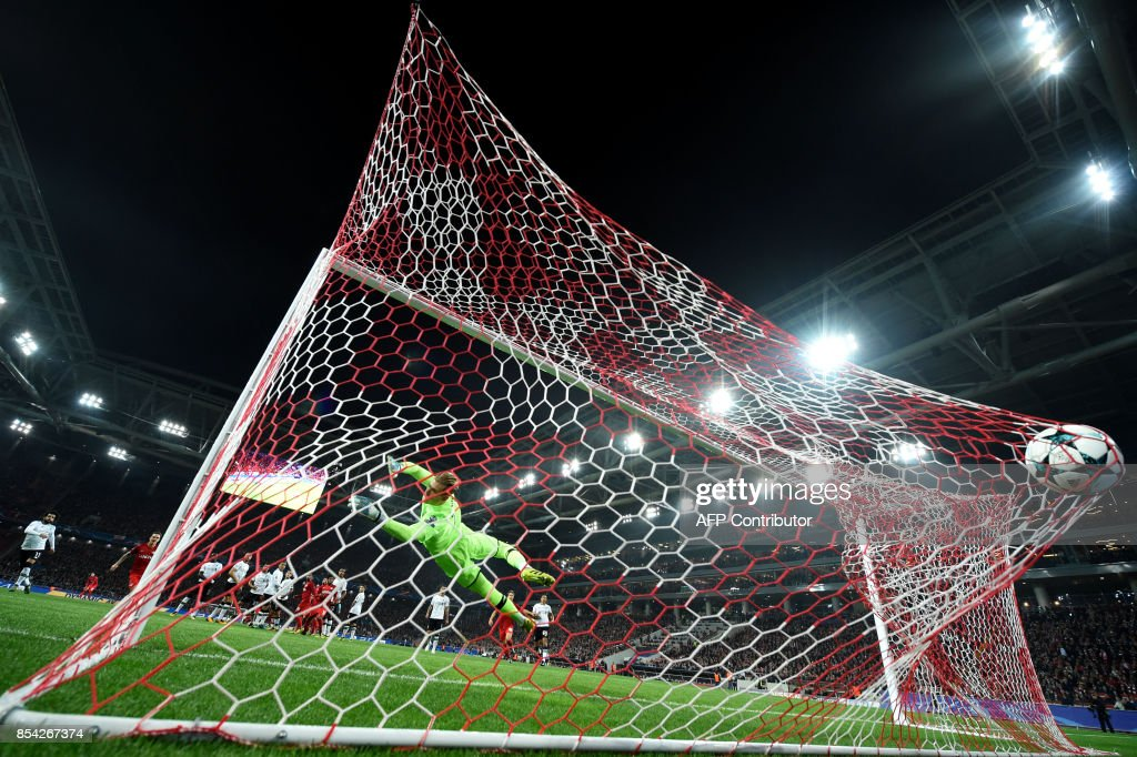 TOPSHOT - Liverpool's goalkeeper from Germany Loris Karius fails to stop the ball during the UEFA Champions League Group E football match between FC Spartak Moscow and Liverpool FC at the Otkrytie Arena stadium in Moscow on September 26, 2017. / AFP PHOTO / Yuri KADOBNOV
