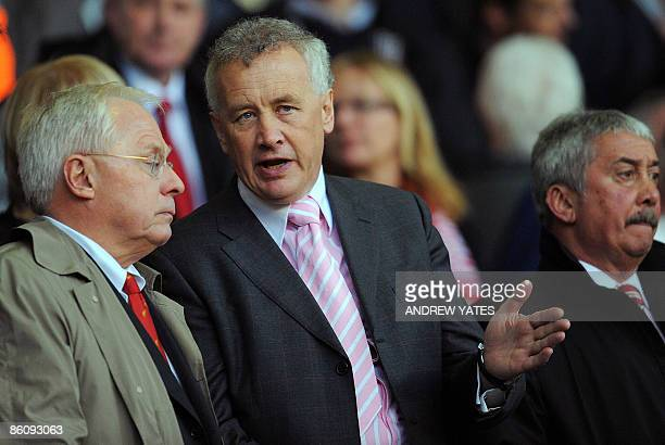 IDENTITIY Liverpool's US coowner George Gillett stands with club chief executive Rick Parry before Liverpool takes on Arsenal in their English...