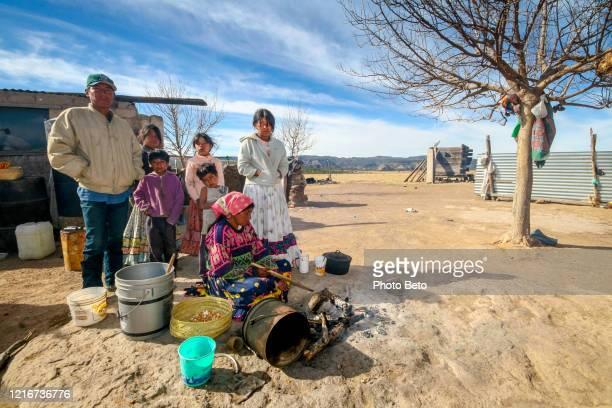 condiciones de vida de una familia de agricultores de la etnia raramuri en el norte de méxico - tarahumara fotografías e imágenes de stock