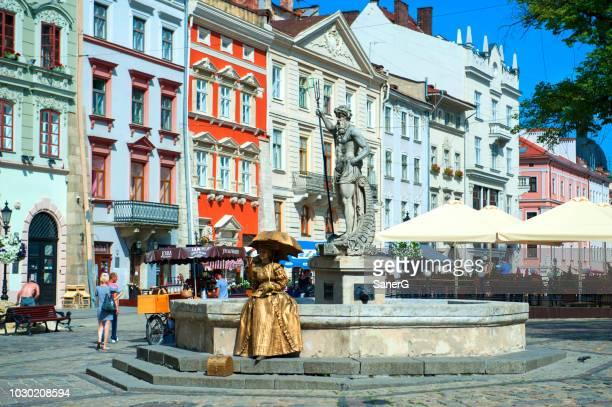 金生活像とリヴィウのマーケット広場でネプチューンの噴水 - リヴィウ ストックフォトと画像