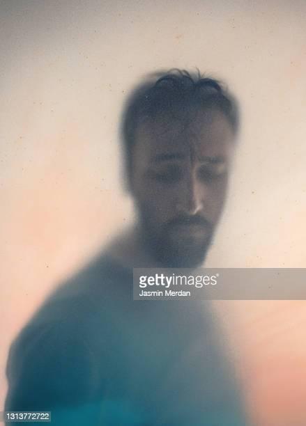 living in shadow - 埋まる ストックフォトと画像