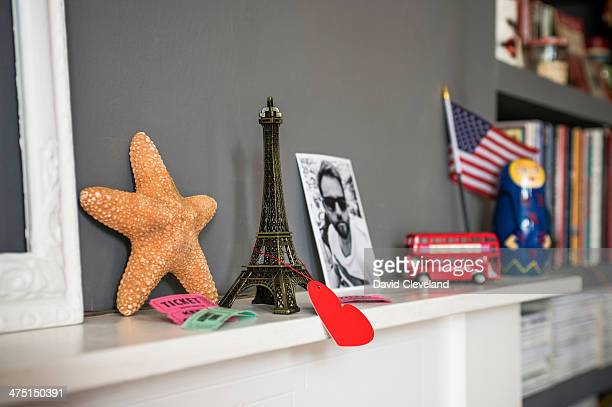 living room mantelpiece with travel souvenirs - ricordi foto e immagini stock
