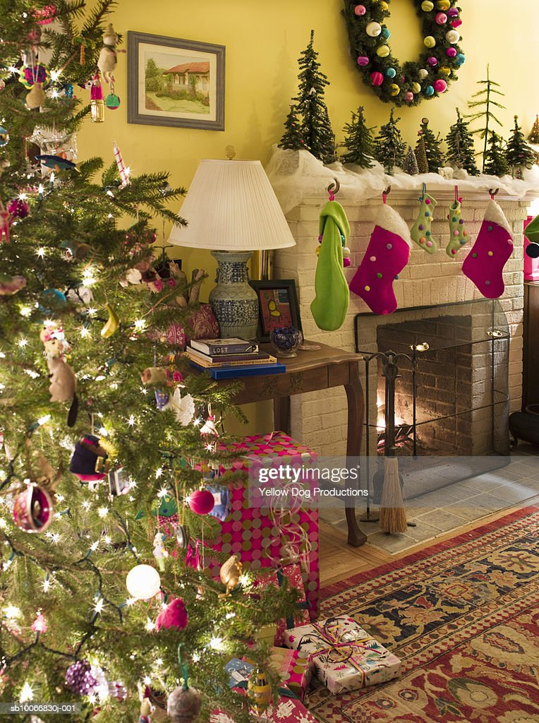Living Room With Christmas Tree Decorations Presents And Fireplace Foto De Stock Getty Images
