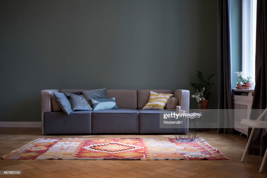 Living room with couch and carpet : Foto de stock