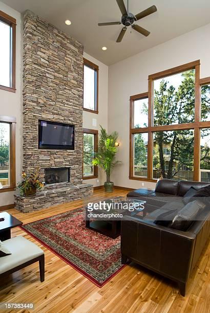 Sala de estar con chimenea y pared de ladrillos
