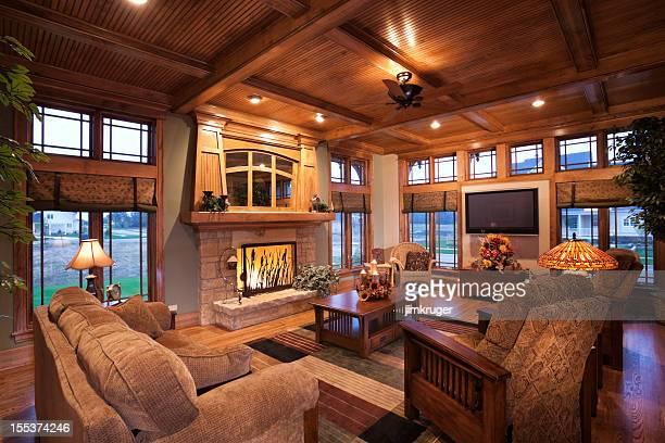 Salle de séjour avec un décor de style mission.