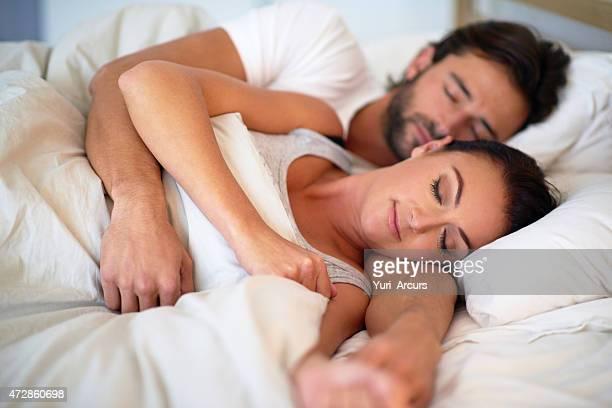 la situation de famille de rêve - couple au lit photos et images de collection
