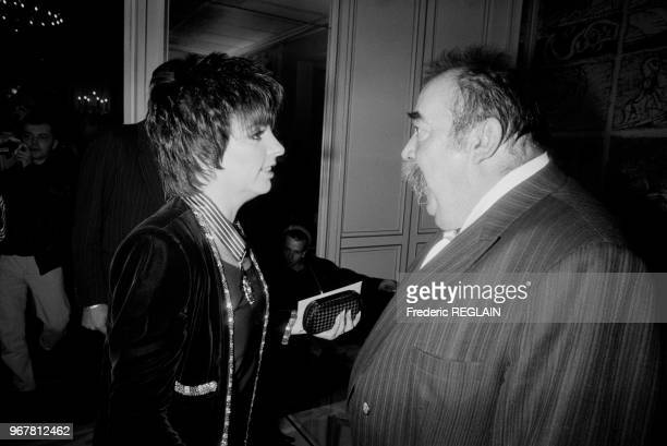 Liza Minelli est décorée de l'Ordre du Commandeur des Arts et Lettres à Paris le 25 février 1987 France