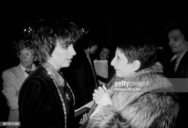 Liza Minelli et Zizi Jeanmaire lors de la remise de l'Ordre du Commandeur des Arts et Lettres à la chanteuse américaine à Paris le 25 février 1987...