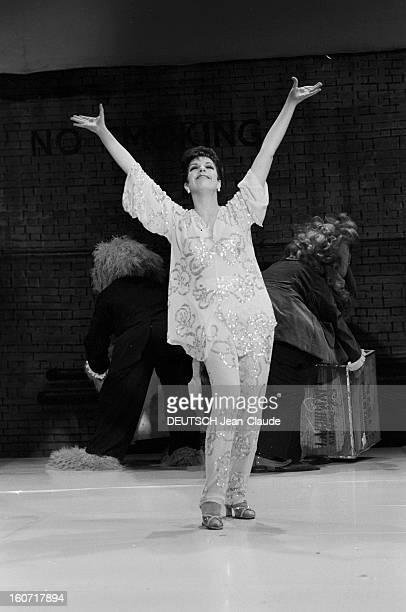 Liza Minnelli Guest Of The Muppet Show En Angleterre en août 1979 l'actrice Liza MINNELLI sur le plateau de tournage de la série télévisée THE MUPPET...