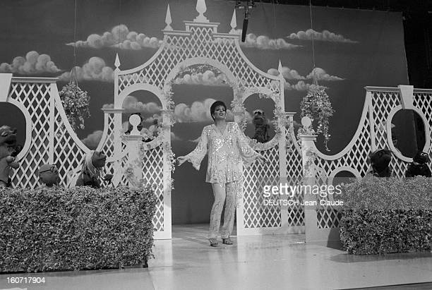 Liza Minnelli Guest Of The Muppet Show En Angleterre en août 1979 l'actrice Liza MINNELLI sur le tournage de la série télévisée THE MUPPET SHOW...