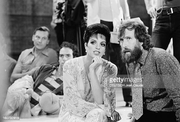 Liza Minnelli Guest Of The Muppet Show En Angleterre en août 1979 l'actrice Liza MINNELLI assise sur le plateau de tournage de la série télévisée THE...
