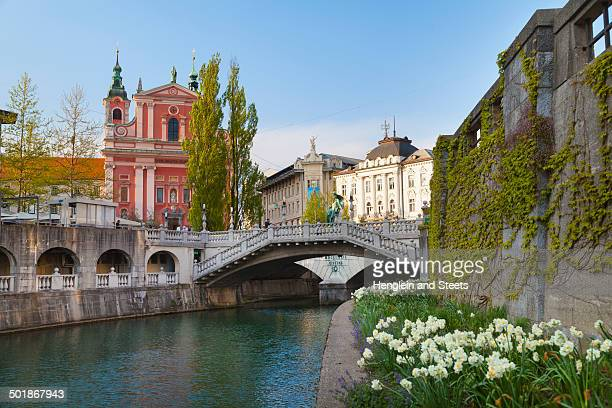 ljubljana city center, lublijanaka river, tromostovje bridge and franciscan church of the annunciation, slovenia - ljubljana stock pictures, royalty-free photos & images