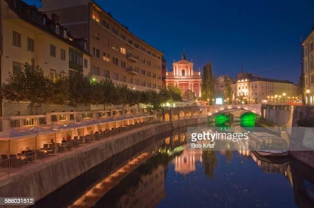 ljubljanica river at night in ljubljana - リュブリャナ ストックフォトと画像