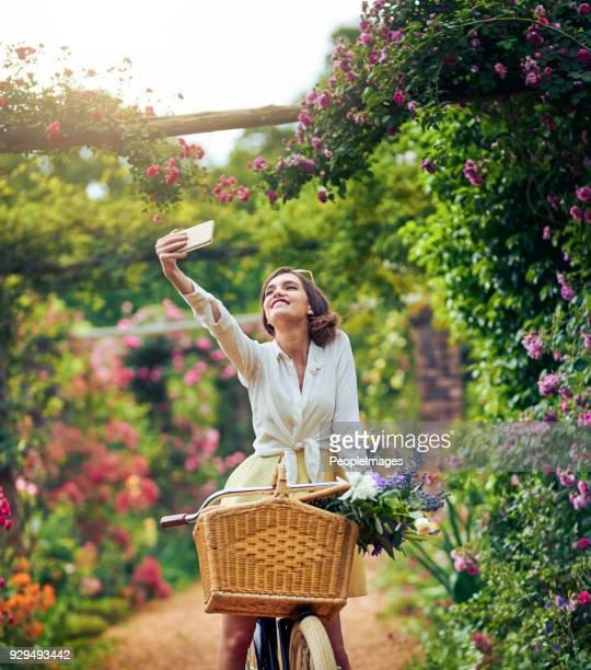 je vais prendre tant de grands selfies ici - jardin fleuri photos et images de collection