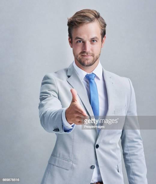 企業のはしごをプッシュをあげる - 手を伸ばす 男性 ストックフォトと画像