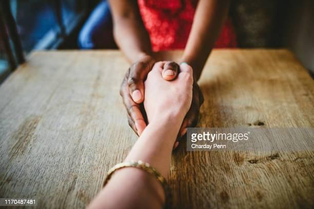 ti tengo la mano attraverso ogni viaggio della vita - incoraggiamento foto e immagini stock