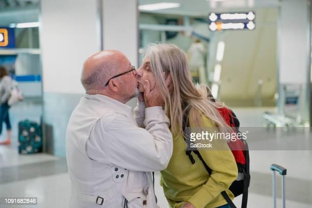 i'll miss you! - embrasser sur la bouche photos et images de collection
