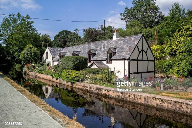 llangollen canal, north wales. - cottage stock pictures, royalty-free photos & images