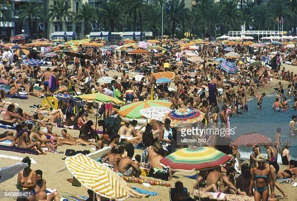 Lloret de Mar, Costa Brava, Spanien: überfüllter Strand. .