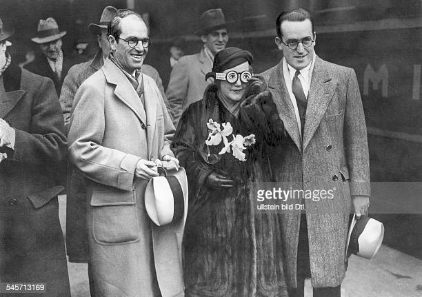 Lloyd Harold Actor Comedian USA*20041893with his wife and his brother in Berlin 1932Photo 'Keystonepublished by 'Berliner Morgenpost' 611932Vintage...