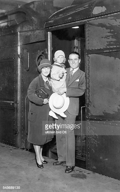 Lloyd Harold Actor Comedian USA*20041893with his wife Mildred Davis and daughter 1928Photo Paramount / Otto Behrenspublished by 'Tempo' Vintage...