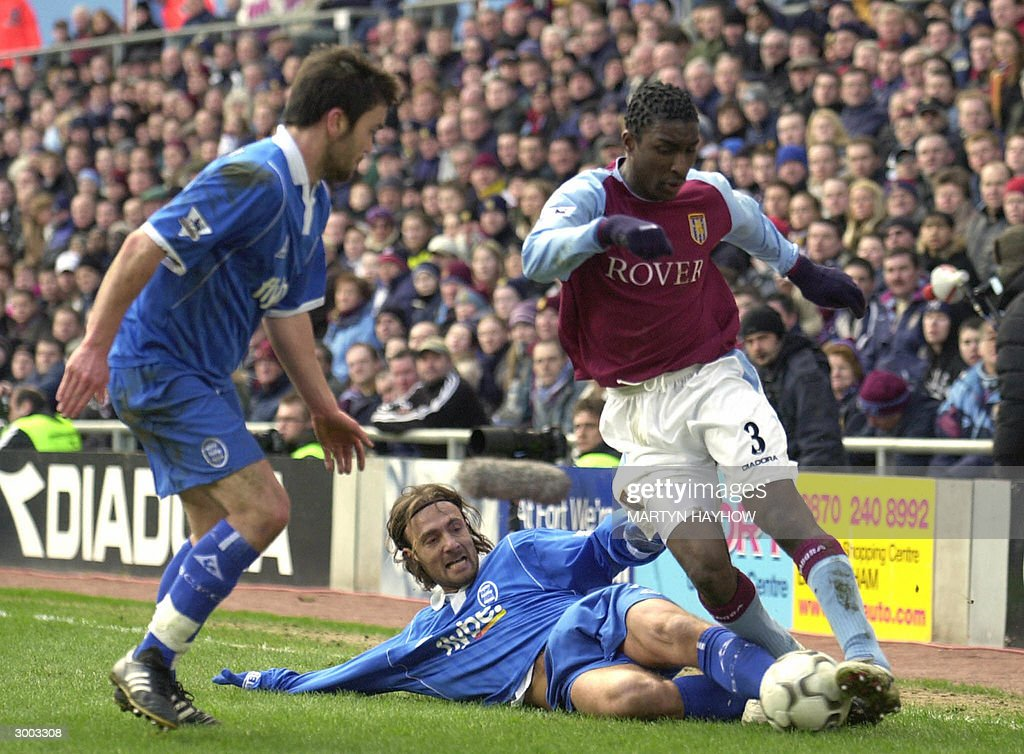 Lloyd Samuel (R) of Aston Villa fights f : News Photo