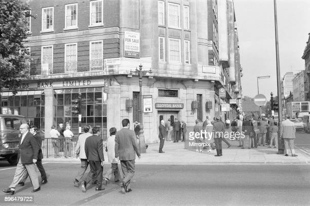 Lloyds Bank on the corner of Baker Street and Marylebone Road LondonOur Picture Shows CID officers outside Lloyd Bank following the discovery of the...