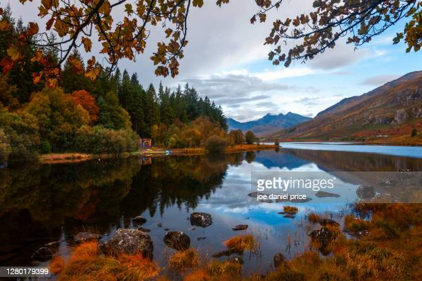 llynnau mymbyr, capel curig, snowdonia, wales - mount snowdon stock pictures, royalty-free photos & images
