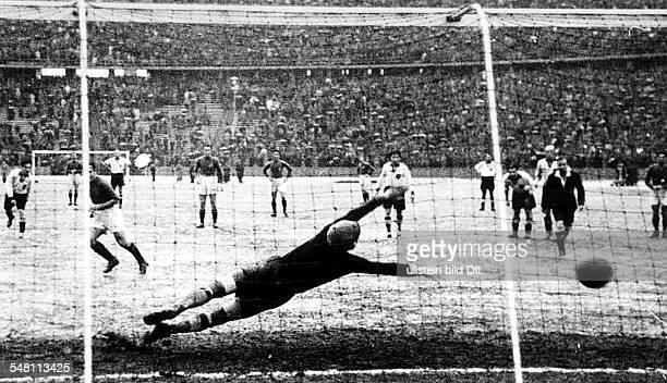 Länderspiel Deutschland - Italien vor 90.000 Zuschauern im Olympiastadion in Berlin: der italienische Halbrechte Demaria verwandelt einen...