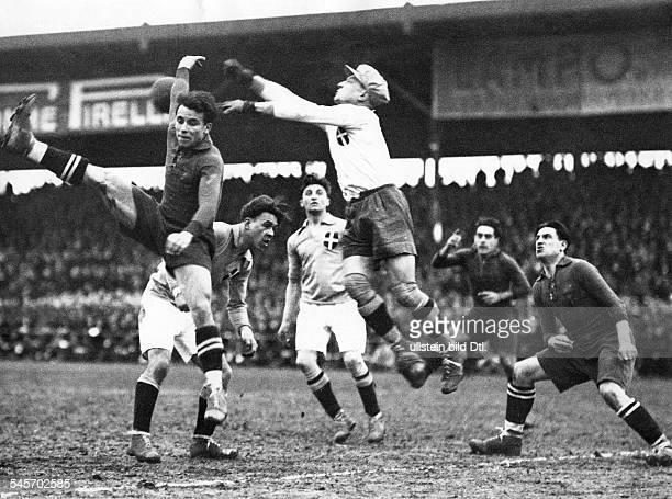Länderspiel: Italien - Spanien- Spielszene: Torwart De Pras faustetden Ball vor dem Spanier Samilier weg.- o.J.